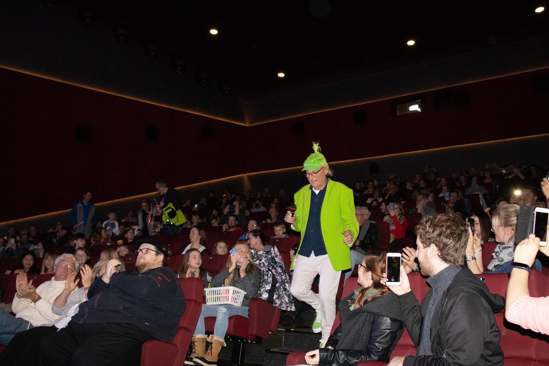 Gespannt erwartet das Neufahrner Publikum den friesischen Kultkomiker © Rebekka Böhm